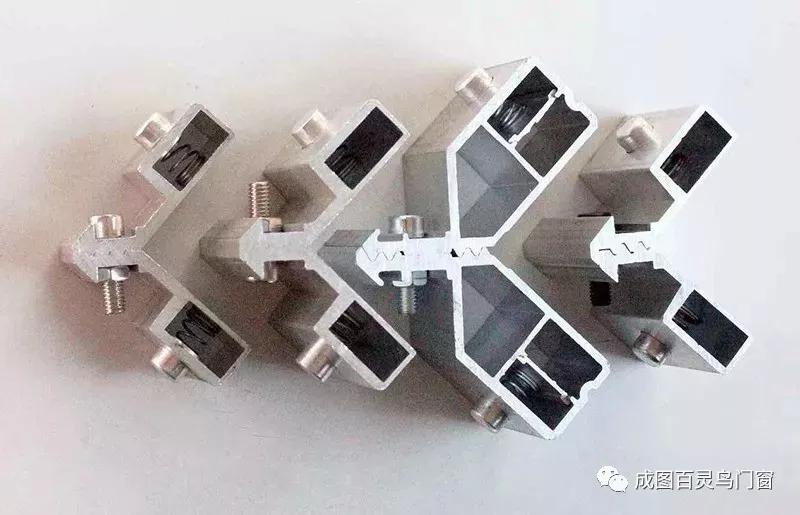 成图百灵鸟门窗新一代注胶组角技术,永久粘合,彻底密封!
